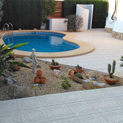 Umfassende Reform des einen Innenhof mit Pool und Dusche