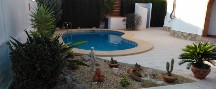 Reforma integral de un patio con piscina y ducha